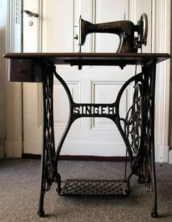 How-Old-Is-My-Singer-Sewing-Machine-(Value,-Models,-History)