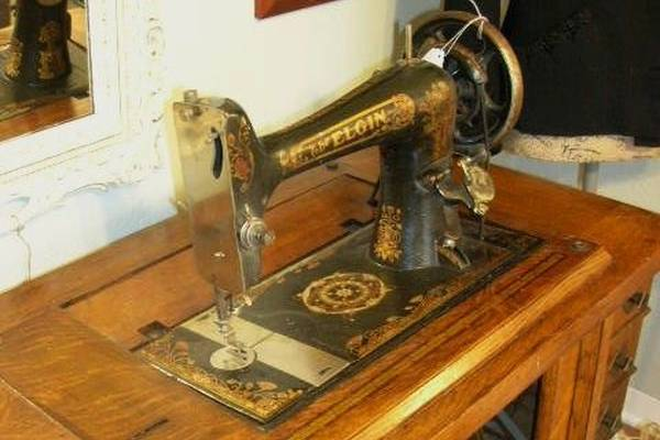 The-Antique-Elgin-Sewing-Machine-(Company,-Value,-Review)